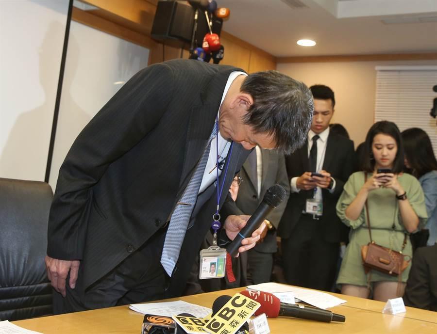 華航總統專機捲入私菸案,董事長謝世謙25日召開記者會說明,對於此事造成社會紛擾,致上最大的歉意。(圖文/王英豪)