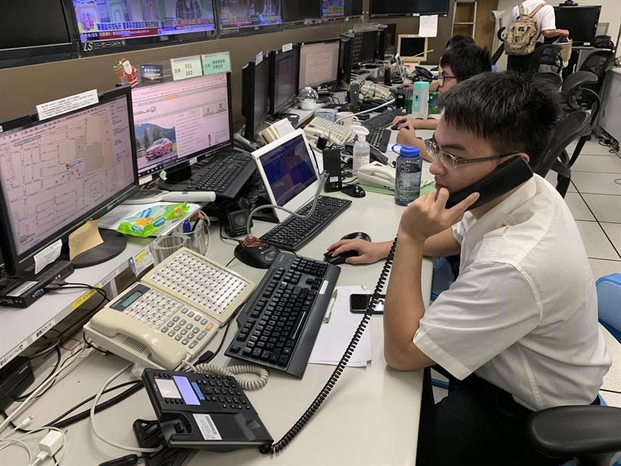 台南市消防局勤指中心隊員李家瑋線上指導民眾對昏厥患者施行CPR及AED電擊直到救護人員接手,成功挽救患者一命。(翻攝照片)