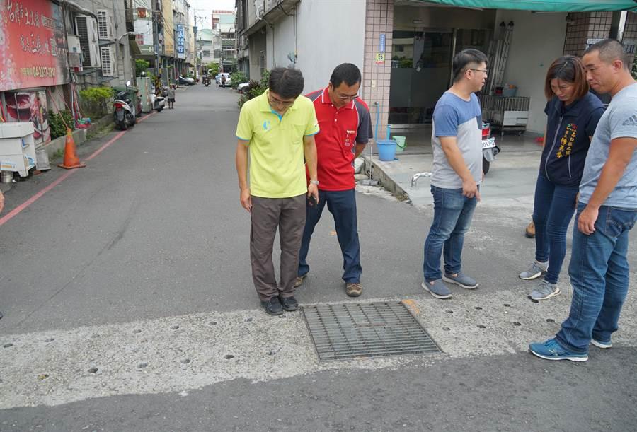 初步建議先在巷口,加設截水溝,減少地勢較高的中山路地面水往巷子裡傾洩。(黃國峰攝)
