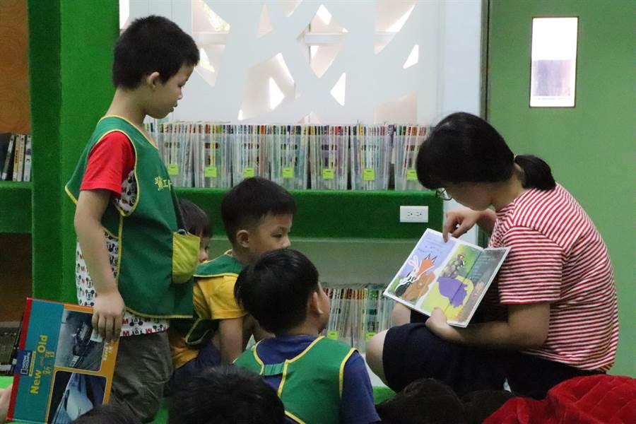 鷺江國小將5間舊教室改造為收托0到2歲孩子的公托中心,另外還能收托166名2到6歲的幼兒。(吳亮賢攝)