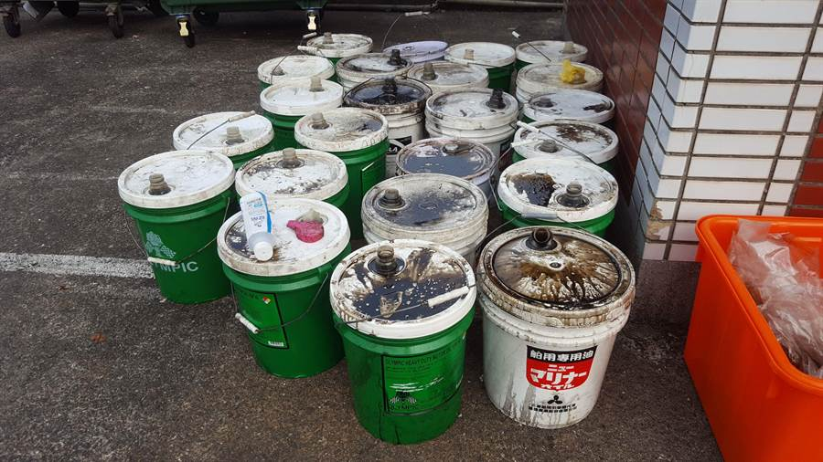 游姓船長昨(24)日將23桶漁船的廢棄機油桶,棄置象鼻岩外海中,汙染海洋環境,被「活塞教練」王銘祥及潛友發現後打撈上岸。(張穎齊攝)