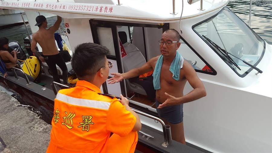 熱愛潛水的「活塞教練」王銘祥與潛友昨(24)日下午發現,有23桶漁船的廢棄機油桶,被棄置象鼻岩外海中。(張穎齊攝)