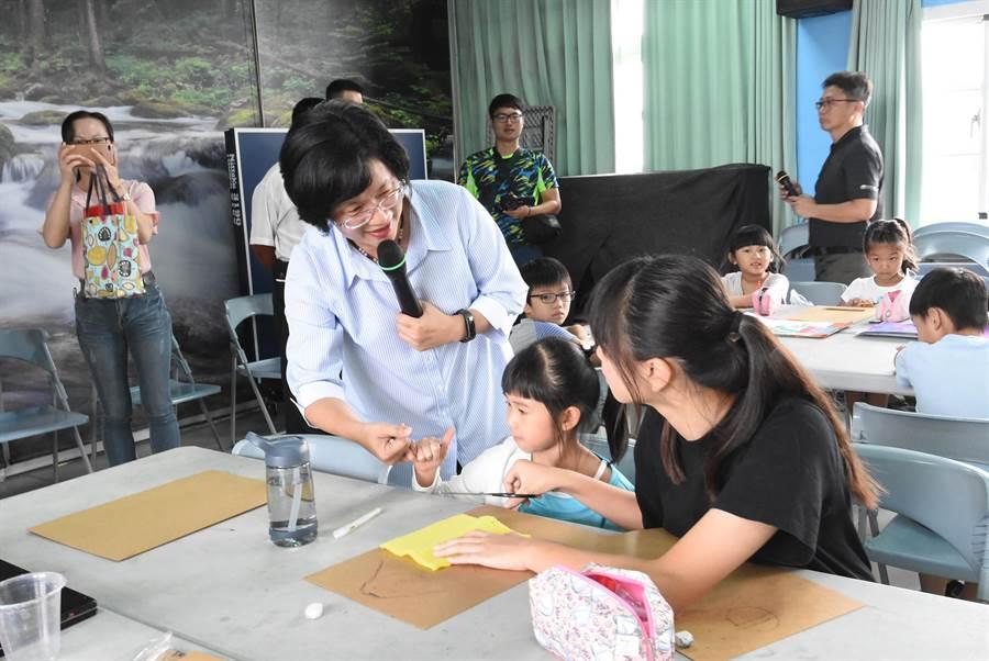 彰化縣長王惠美25日上午到二林鎮育德國小與偏鄉學童同樂,關心藝術夏令營情況。(謝瓊雲攝)