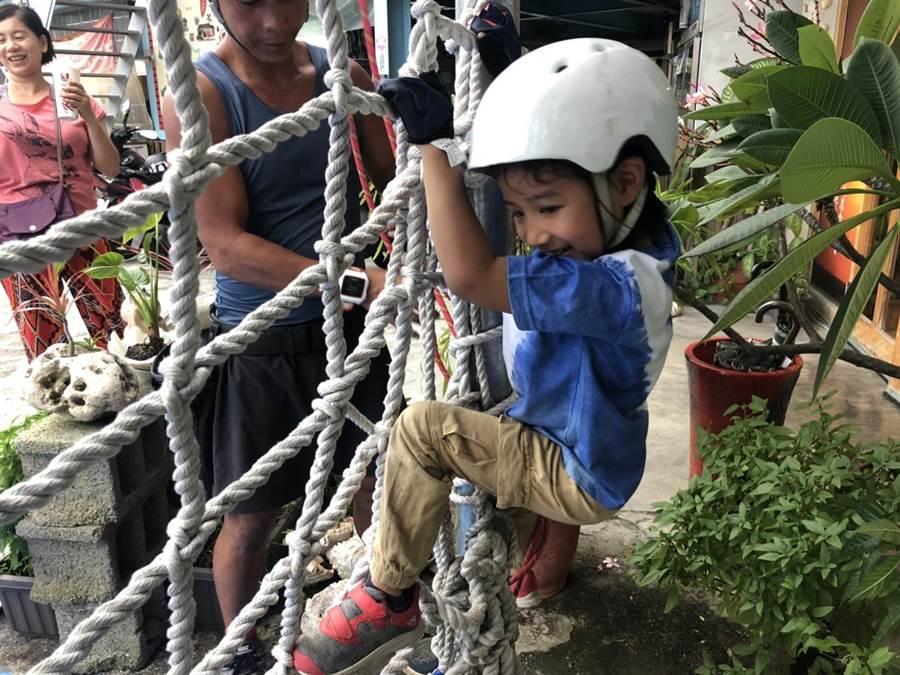 攀繩運動考驗全身協調和核心肌群,看似簡單,但礙於無施力點,成人操作相對困難,幼童反易上手。(袁庭堯攝)