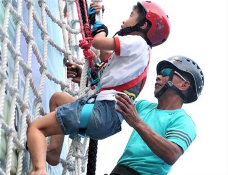 攀繩運動在專業教練的確保協助下,3至80歲的民眾都能輕鬆體驗。(袁庭堯攝)
