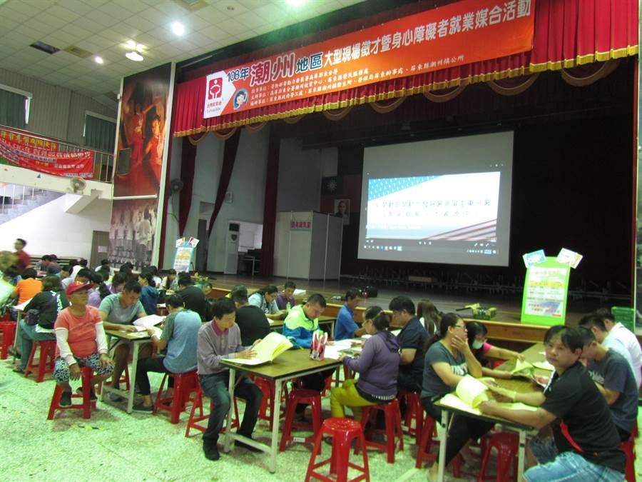 潮州就業中心25日舉辦「潮州大型現場徵才活動」,民眾踴躍求職。(謝佳潾攝)