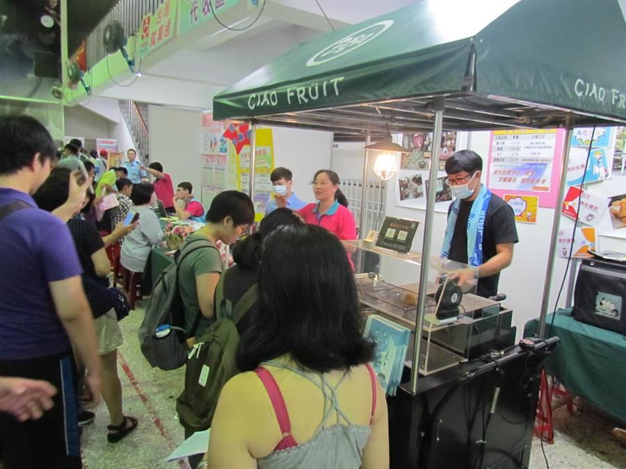 潮州就業中心25日舉辦「潮州大型現場徵才活動」,民眾趁機與小資創業的雞蛋糕攤車老闆互動交流了解創業歷程。(謝佳潾攝)