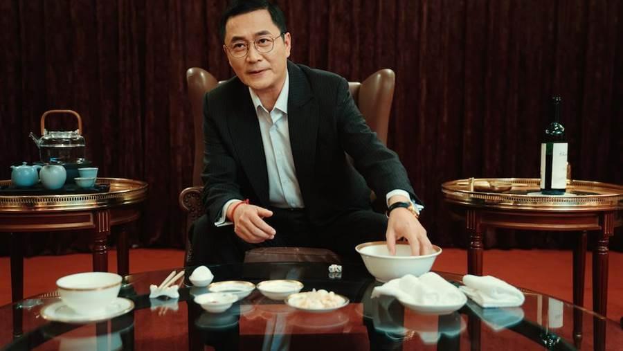 湯志偉在片中頻頻向試鏡女演員伸出魔爪。(岸上影像提供)