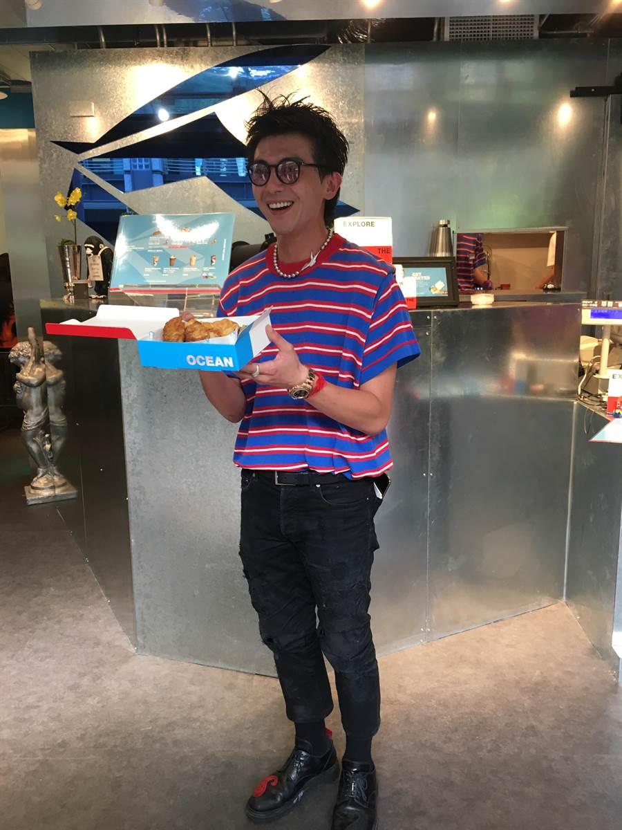 新光三越信義A11 2F新櫃OCEAN BOX的制服和外帶盒都以紅白藍為配色,創辦人Richard手持經典炸魚薯片盒,套餐230元、單點150元。(郭家崴攝)