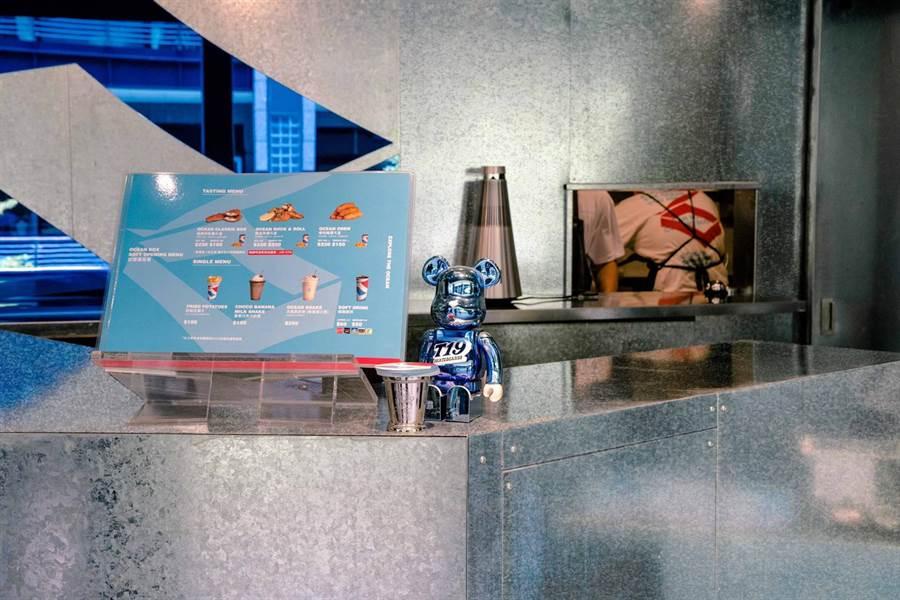 新光三越信義A11 2F新櫃OCEAN BOX店景,以銀色與藍色交錯帶有科技感。(新光三越提供)