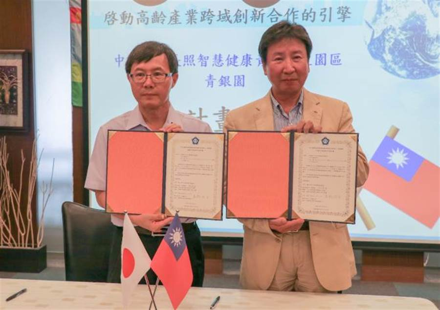 中正大學由副校長郝鳳鳴(左)代表與日本奈良集團社長高橋浩治(右)簽約。(張亦惠攝)