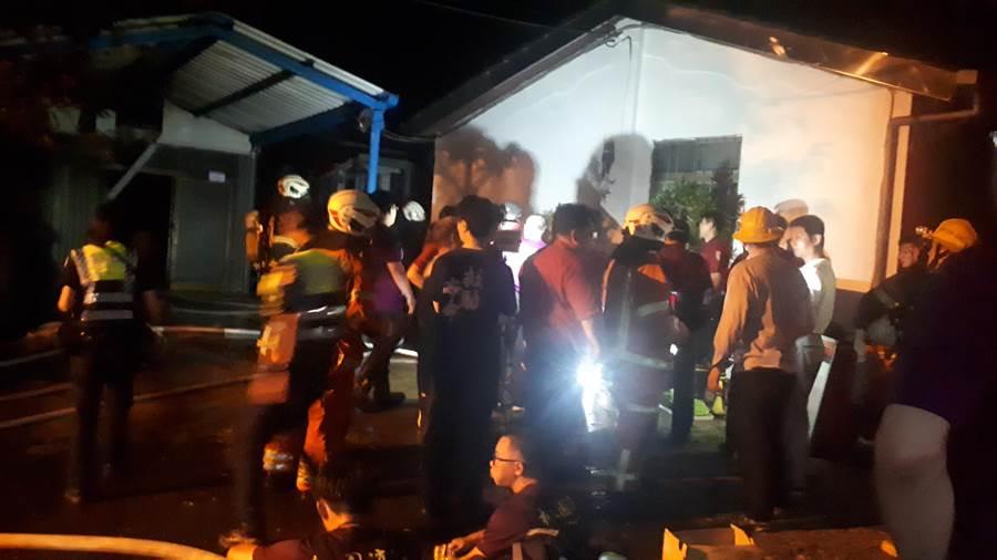 大溪慈湖附近發生住宅火警,現場消防隊員正持續撲滅火勢。(邱立雅攝)