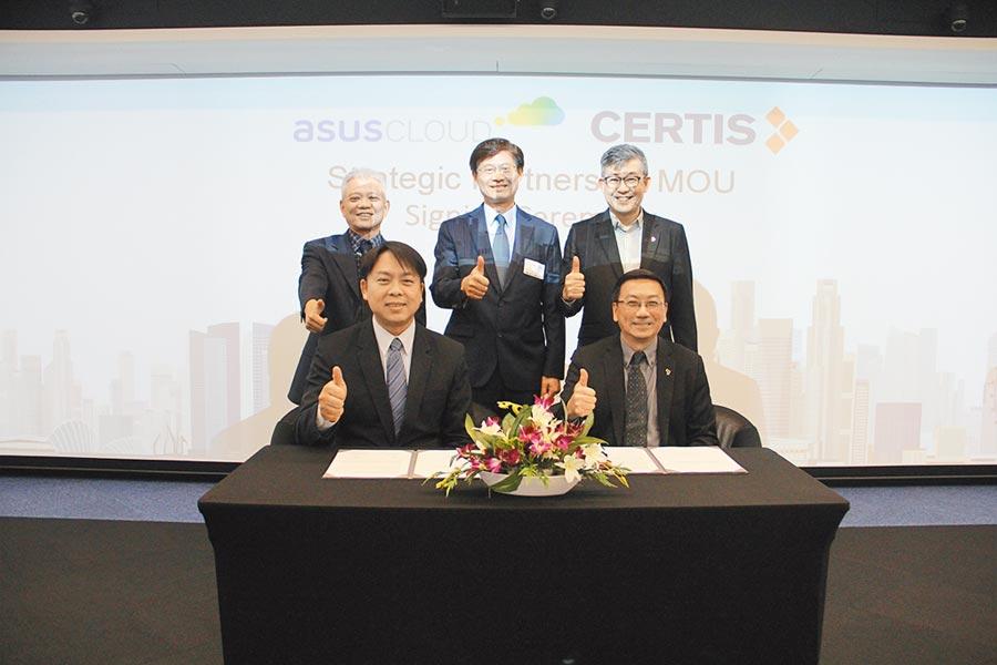 在科技部次長許有進(後排中)見證下,華碩雲端總經理吳漢章(前排左)與新加坡Certis Group Senior Managing Director Joseph CP Tan完成合作備忘錄簽署。圖/業者提供