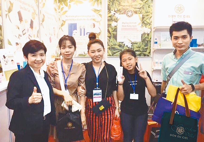 水上璣國際創辦人林月萍(左一)參加越南美容貿易展會,與長期合作的客戶共同合影。圖/水上璣提供
