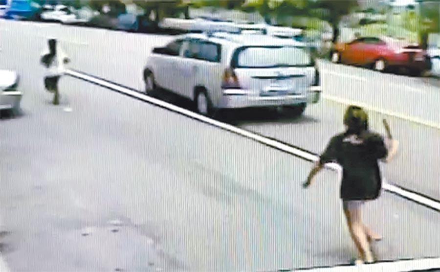 少女與母親口角,怒持西瓜刀當街追砍2刀,一路追到機車行門口,才被老闆喝令「放下刀子」。(黃國峰翻攝)