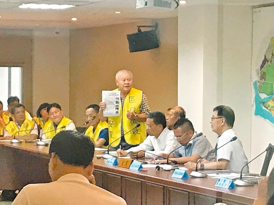 社子島「居民權益促進會」理事長楊明照,昨天與贊成開發的當地居民一起到市府開交流會。(李依璇攝)