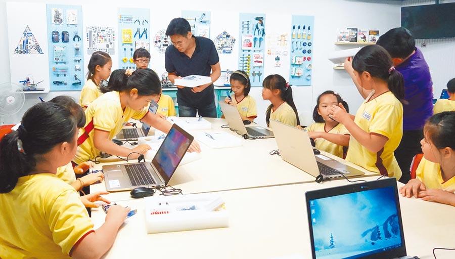 青少年圖書館「創新學習中心」與電視台製播「動力機械」學習節目,讓親子可以透過網路線上學習,再到創新學習中心借用教具及空間,進行自學體驗。(王揚傑翻攝)
