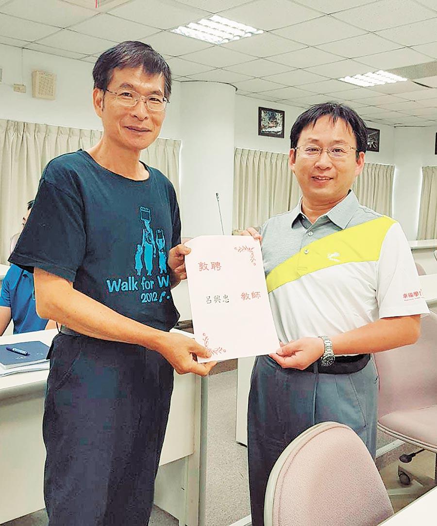 彰化高中圖書館主任呂興忠(左)得到師鐸獎殊榮,校長王延煌與有榮焉。(吳敏菁攝)
