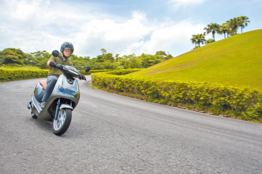 中華eMOVING iE125許多設計細節源自於汽車,整體騎乘感受更加偏向舒適,前大後小的輪胎設定,兼具轉向靈活與吸收碎震的特性,有如電動機車界家庭房車。(陳大任攝)