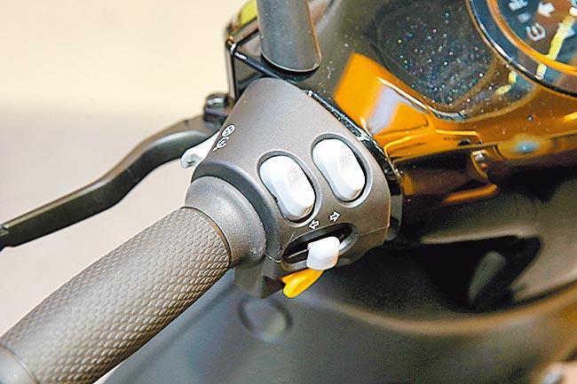 左把手有省力牽車、電動倒車、定速功能。(黃世麒攝)