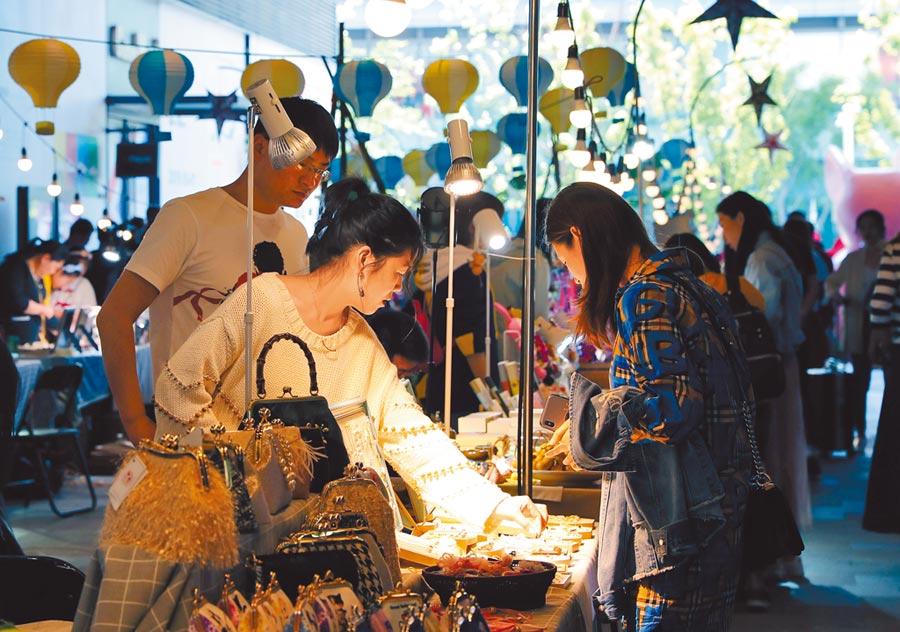 5月3日,市民在上海虹橋天地逛假日市集。(新華社)