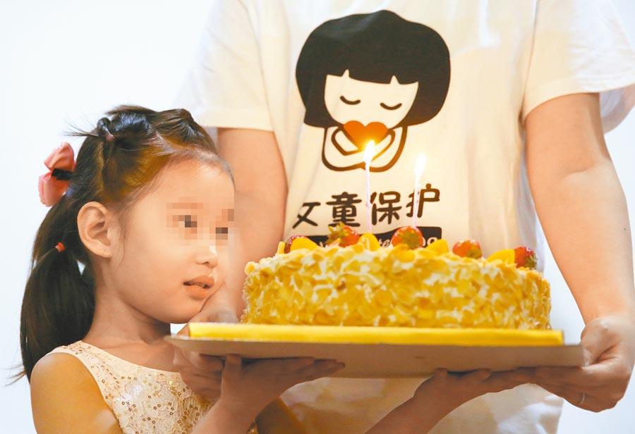 一名女孩捧著蛋糕。與本新聞無關。(新華社)