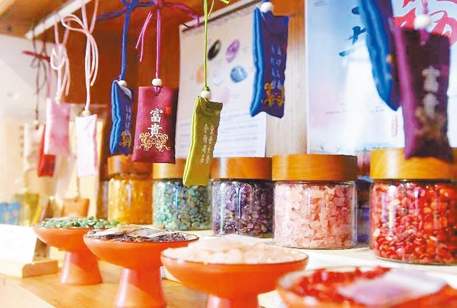 寧波市鄞州區海峽兩岸青年就業創業基地線下020體驗館店內的文創產品。(呂明攝)