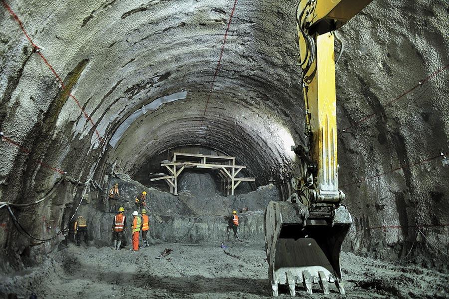 在中寮鐵路段的玉溪新平隧道內,工人在進行扒渣作業。(新華社資料照片)