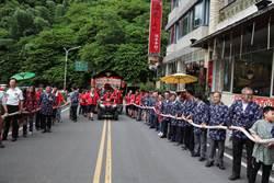 關子嶺火王爺祭 遊客體驗拉山車踩街