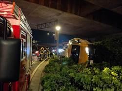 北市圓山飯店邊坡小黃側翻車  2乘客受傷