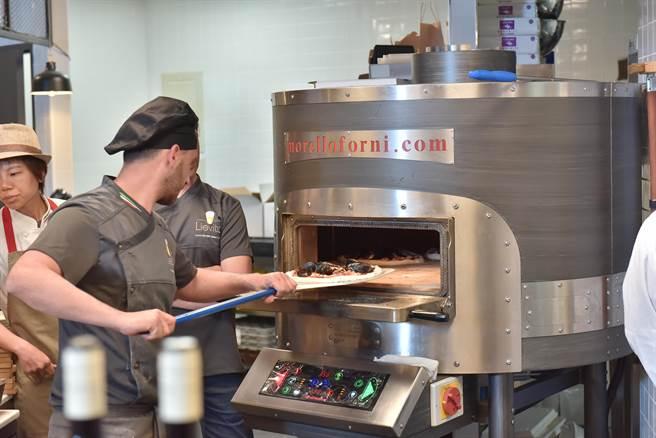 進口百年品牌Morello Forni烤爐的「真好煮義」,以近四百度的高溫,才能烘烤出外脆內軟、 麥香四溢的披薩,有別於市面上常見的美式pizza。(業者提供)