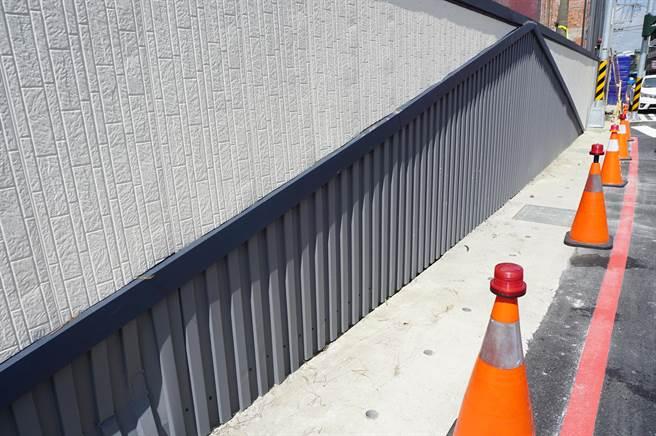 木工機製造廠採用白、灰烤漆板施作圍牆,配色及圖樣陰錯陽差,容易讓人為「無限延伸的道路」。(王文吉攝)