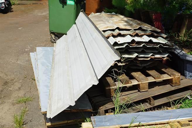 廠房外強原本使用綠色烤漆板搭建,拆除後還堆置在廠房內。(王文吉攝)