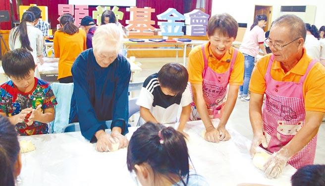 這次傳愛到良顯堂,與陳綢阿嬤教導小朋友如何揉麵團。(楊樹煌攝)