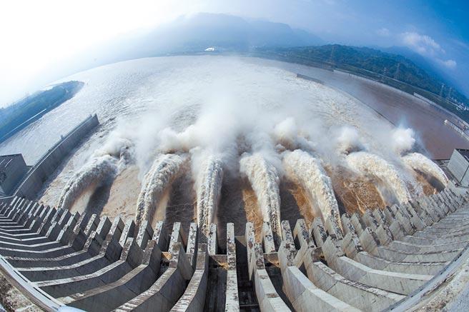 2018年7月,三峽大壩開啟6個泄洪深孔和1個排漂孔下泄上游來的水。(新華社資料照片)