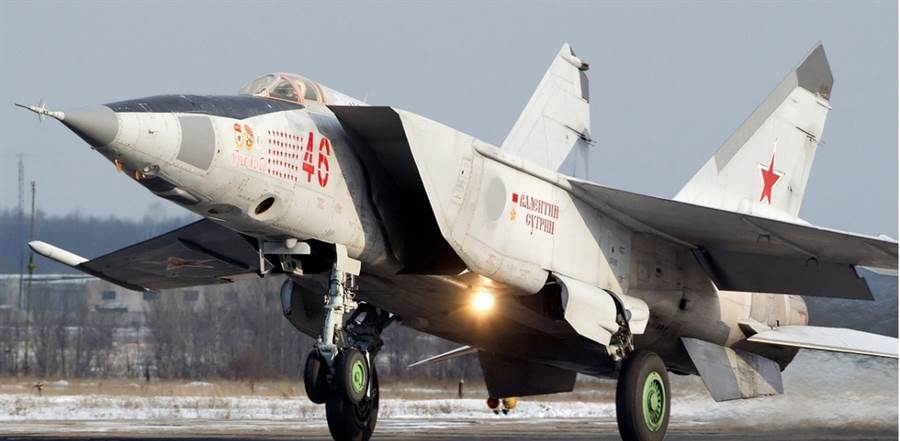 3倍音速的MiG-25已是1960年代的老戰機,但是在1991年沙漠風暴時,擊落了新銳的F/A-18C大黃蜂戰機,證明速度快就有優勢。(圖/米格)