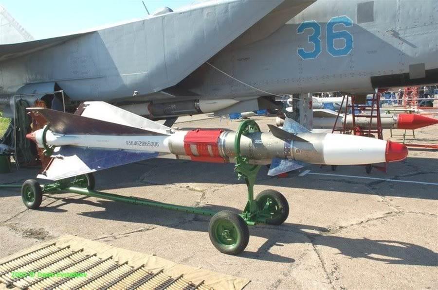MiG-25攜帶的R-40中程飛彈,北約稱為AA-6。(圖/米格)