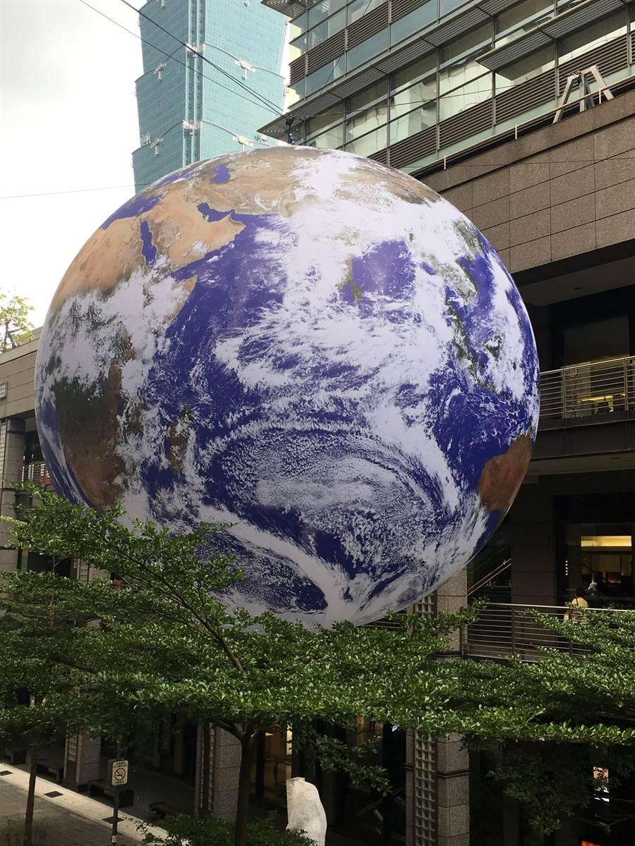 新光三越台北信義新天地最新打卡熱點「蓋亞」地球,懸掛在A9和A11之間。(新光三越提供)