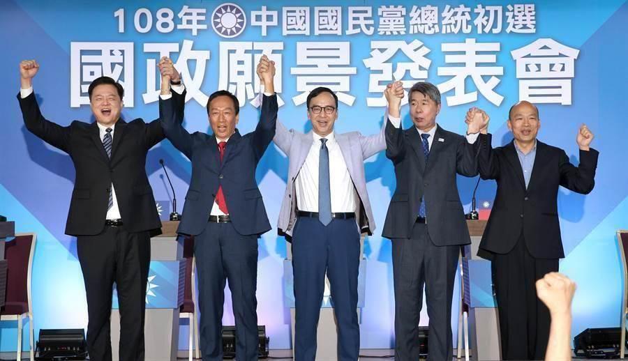 圖為國民黨總統初選參選人韓國瑜(右起)、張亞中、朱立倫、郭台銘、周錫瑋一同牽手高喊「國民黨加油」。(資料照,黃世麒攝)