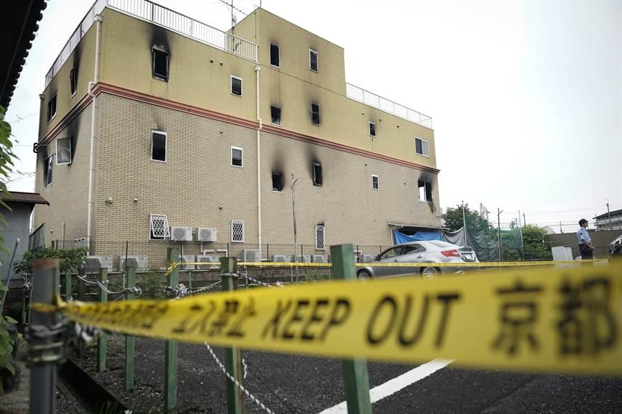 日本動畫製作公司「京都動畫」(京阿尼)遭人縱火案發生至今一週,日本警方表示,34名死者身分都已釐清,死者逾半數是20餘歲至30餘歲的青年。圖為遭縱火的京都動畫第一工作室。(美聯社)
