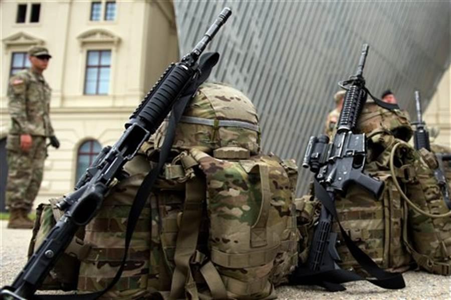 美國陸軍下一代步槍,將會配備先進火控技術,包括數位攝影機、夜視系統、人工智慧,也要具備輕量、減噪等優點。圖為美軍配備的M4卡賓槍。(達志圖庫/TGP)