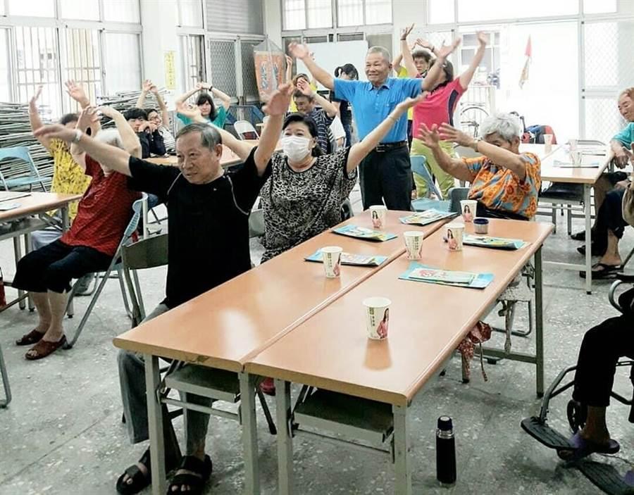 雲林縣愛無礙協會今年規畫一系列的社區家庭支持巡迴服務,爺奶活動筋骨更健康。(許素惠攝)