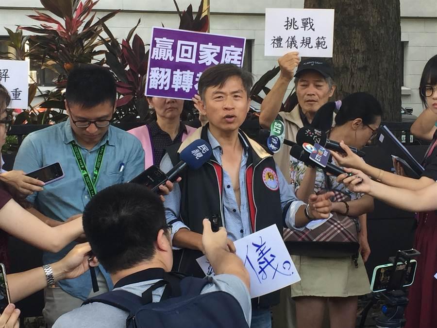 高雄市家長協會理事長洪志和表示服儀就是尊重,就像他今天來開記者會不該坦胸露背(記者簡立欣攝)