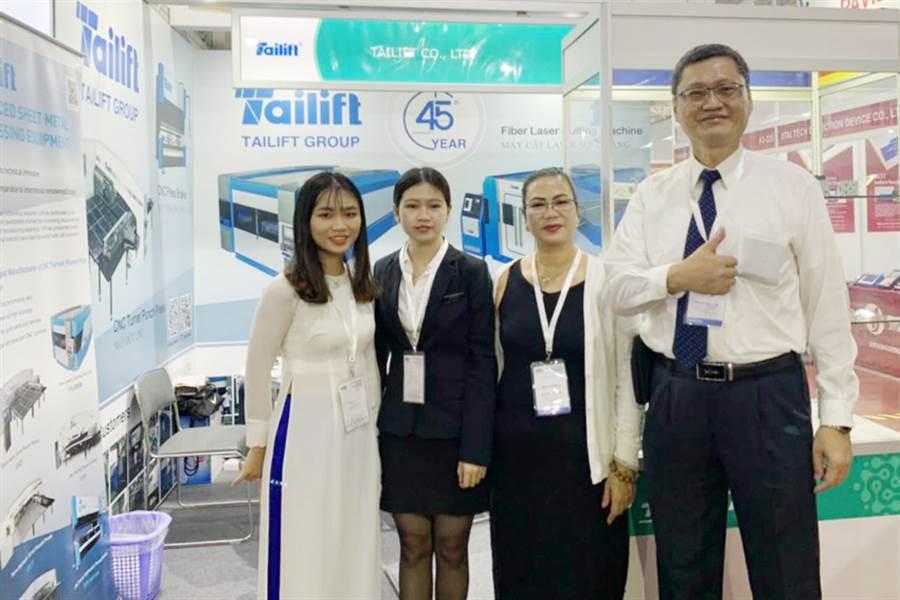 台勵福參加今年在越南胡志明市舉行的MTA Vietnam2019,副總經理林秋杰(圖右1)和當地行銷團隊合影。圖/業者提供