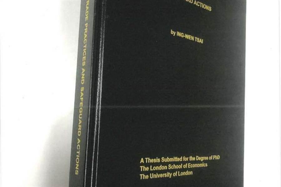 對於蔡英文總統博士論文失蹤風波一事,蔡英文母校倫敦政經學院(LSE)表示這份論文副本已送到LSE的圖書館,正式編入書目,可供查閱。(教育部提供)
