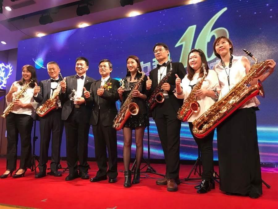 中科管理局代理局長許茂新(左四)大讚友達光電董事長彭(又又)浪(左三)所屬WOW SAX樂團帶來精彩的開場表演。(圖/曾麗芳)