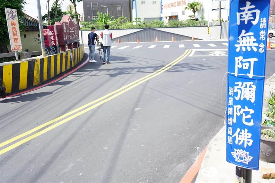 豐南街240巷尾「T字路沖」的工廠圍牆,很像平面道路無限延伸。(王文吉攝)