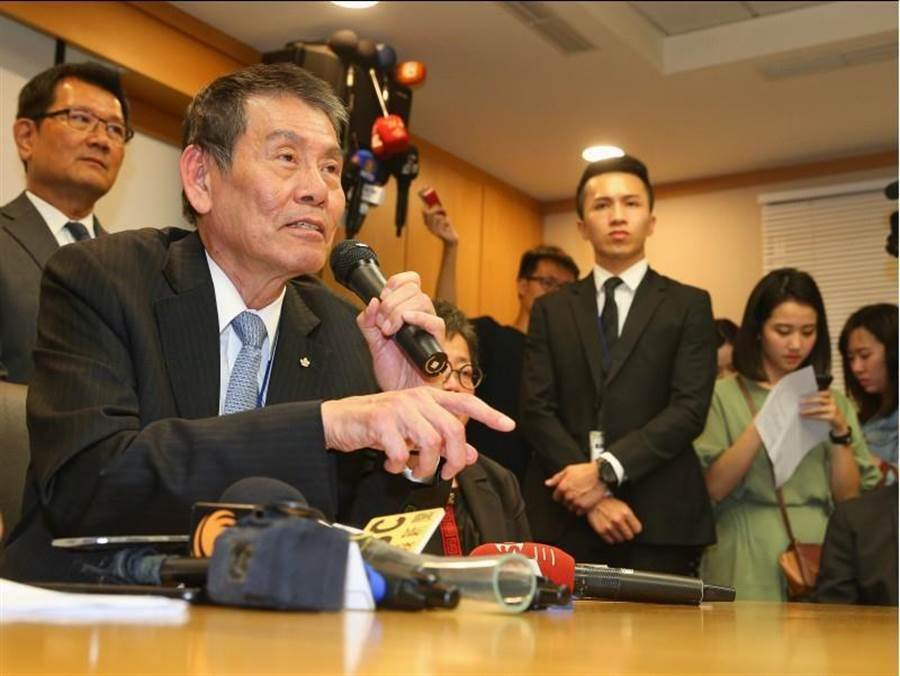 華航董事長謝世謙(前左)25日率隊召開記者會說明私菸案。(中央社)