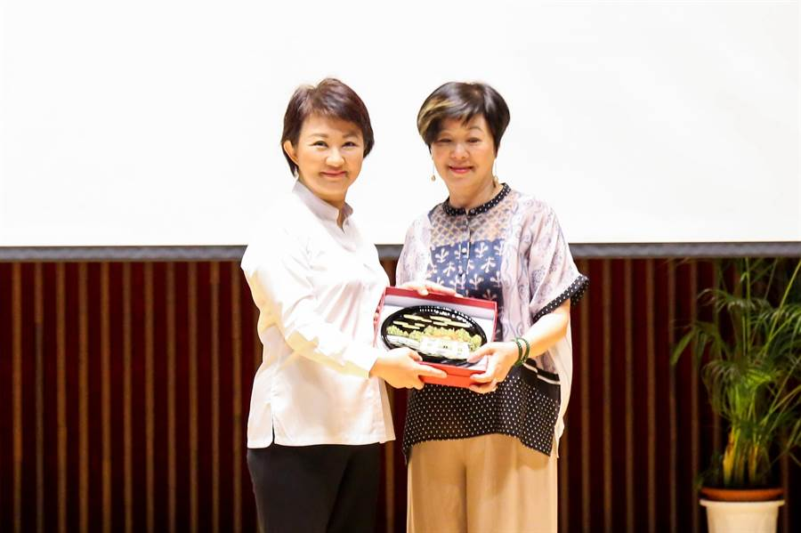 台中市長盧秀燕(左)26日攜手台積電慈善基金會董事長張淑芬以「把愛送出去」做公益。(盧金足攝)