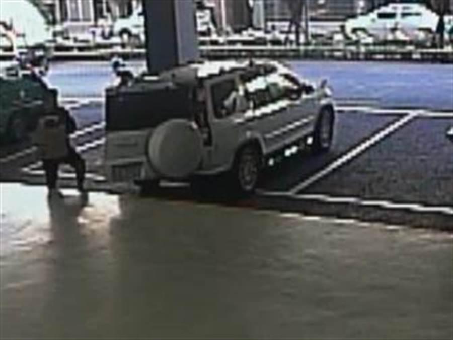 警方監控到嫌犯至郵局領取盜刷得手的贓物。(林郁平翻攝)
